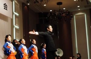 法政大学の式典といえば、伝統ある応援団の登場。卒業生へのエール、皆で肩を組んでのスクラム校歌、と大いに盛り上がりました。